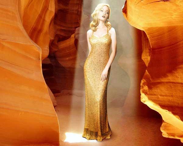 Das goldene Abendkleid für einen glamourös glänzenden Auftritt am Abend