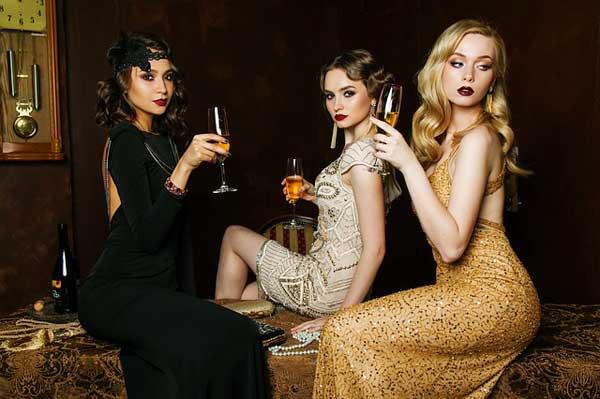 Ein goldenes Kleid ist ein edler Begleiter auf einer Abendveranstaltung