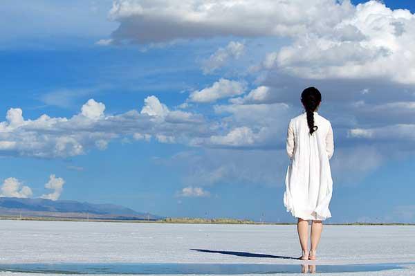 Das Leinenkleid ist atmungsaktiv und besonders als Sommerkleid geeignet